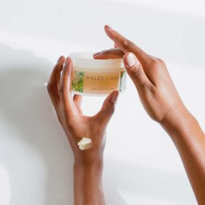 Malée Natural Science Verdure conditioning body scrub hand in the jar texture on the skin